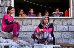 Para perempuan dan anak-anak etnis Yazidi yang meninggalkan kota Sinjar yang diduduki ISIS, ditampung di sebuah gedung sekolah di kota Dohuk, Wilayah Otonomi Kurdi.