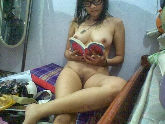 Gambar Bogel Penjaga Toko Bugil Sambil Baca Buku   Melayu Boleh.Com