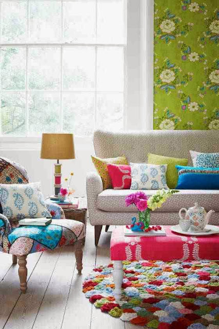 Kolorowe fotele, kolorowy dywan i kolorowe poduszki