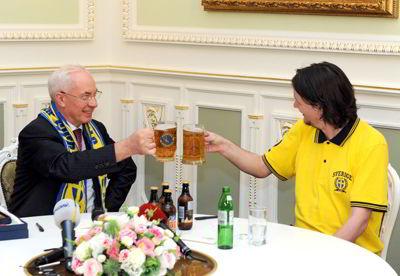 Фото Укринформ:Азаров пьет пиво с фаном