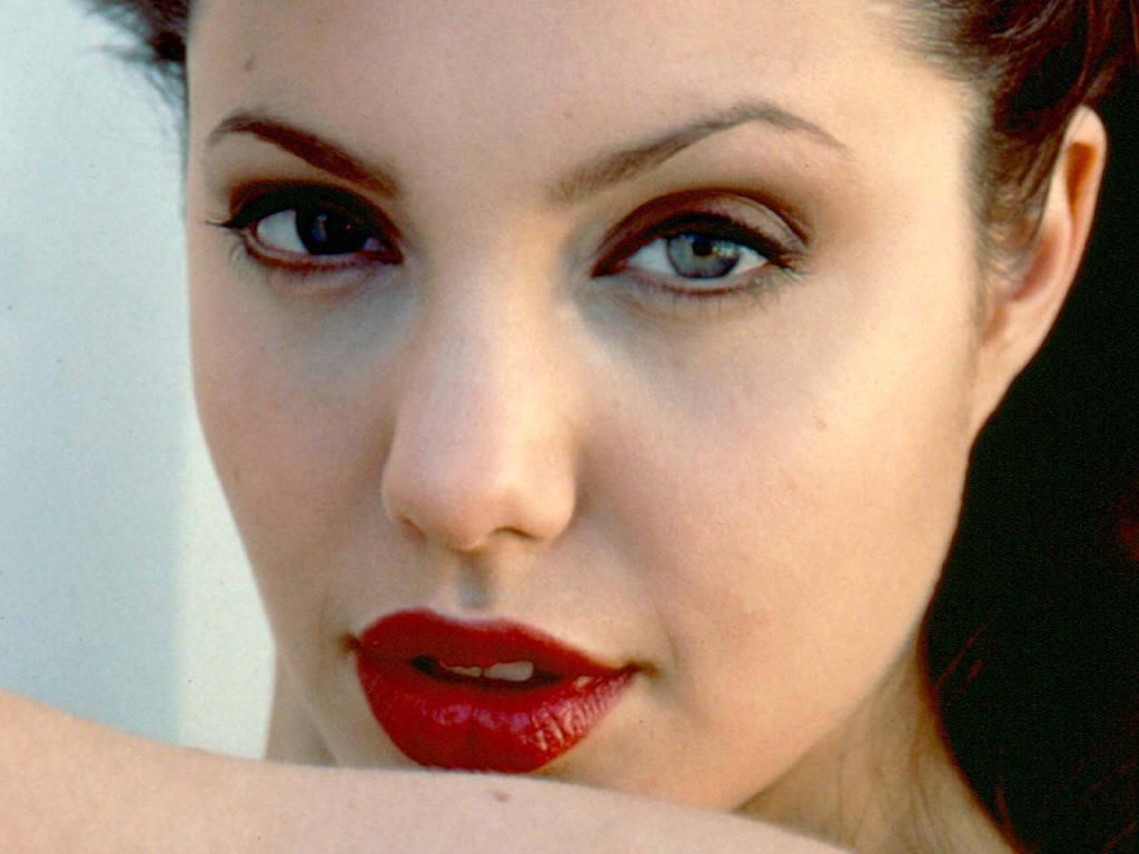http://2.bp.blogspot.com/-qVyUYVS9Crk/T3bVwUZoqMI/AAAAAAAAALU/svHEp8ML_0Y/s1600/Angelina-Jolie-Lips.jpg