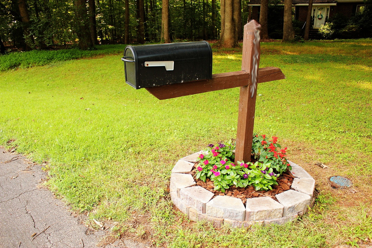 The Handcrafted Life*: Simple-But-Cute Mailbox Flower Bed