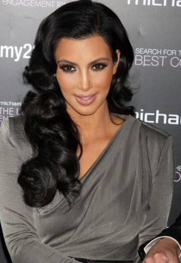 Kim Kardashian con cabello ondulado