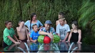 """فيديو. خدعة مبتكرة لتقشير """"البطيخ"""" تحصد أكثر من 19 مليون مشاهدة خلال أقل من أسبوع، من تاريخ نشره على يوتيوب."""