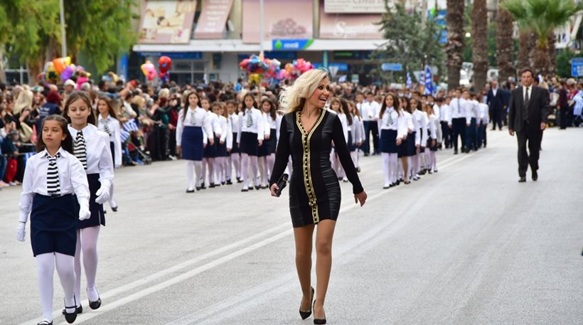 Η δασκάλα με τα «ξανθά μαλλιά» και το μίνι, μετέτρεψε την παρέλαση σε... πασαρέλα [Εικόνες]
