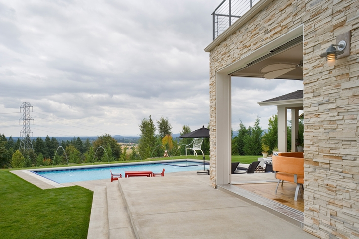 Swimming pool and backyard of Contemporary style home in Oregon by Eric Schnell