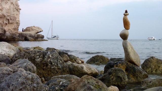Planeta Bilbao, piedras en equilibrio, Agua Amarga, balanced stone