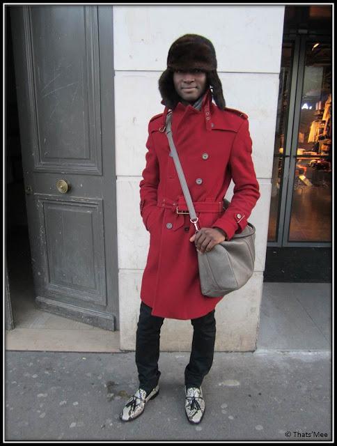 look Alpha Sidibe, manteu rouge officier Zara, sac Louis Vuitton bandoulière cuir gris, chapka en vison, pantalon noir slim Marc Jacobs, mocassins hommes python shoes Louboutin