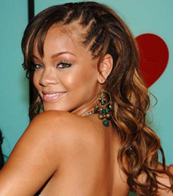 Rihanna saçlarının sol kısmını ince ince ördürmüş ve saçlarının diğer kısımlarını salık bıraktırmıştır. Salık olan saçlar dağınık dalgalıdır fakat hacimli görünmemektedir. Rihanna'nın bu dalgal ısaç modeli karamel balyaj ışıltısını vurgulamaktadır adeta. Bir diğer dikkat edilecek unsur ise kahküllerin sağ tarafa ayrılmasıdır.