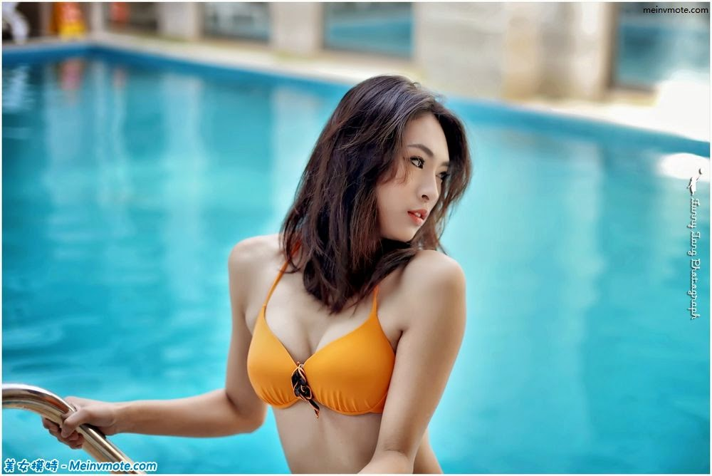 Capture stunning poolside bikini beauty