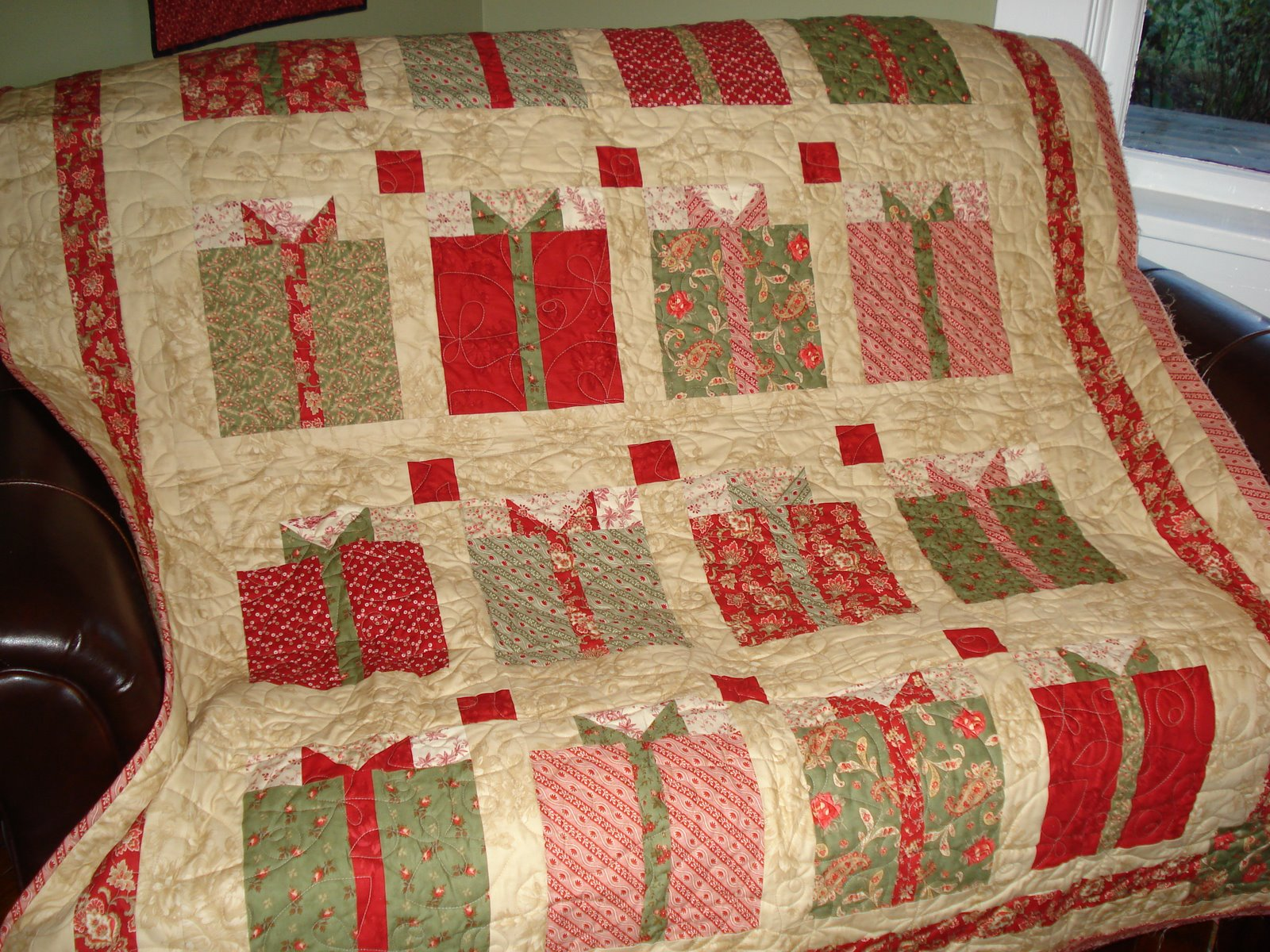 Free Quilt Patterns For Holidays : Snippets of a Quilter: Christmas Quilt Finished