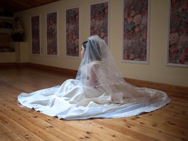 Con el vestido de novia de mamá