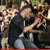 Gary Barlow faz show de rua em 'Let Me Go'