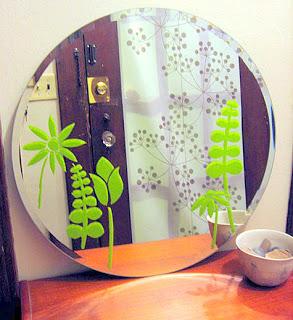 Manualidades para decorar el ba o mimundomanual for Decorar espejos de bano