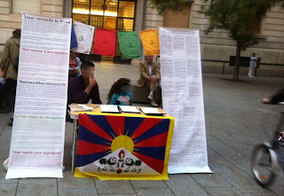 #Flameoftruth / Signatures collected in #Barcelona in solidarity with #Tibet @SaveTibetOrg