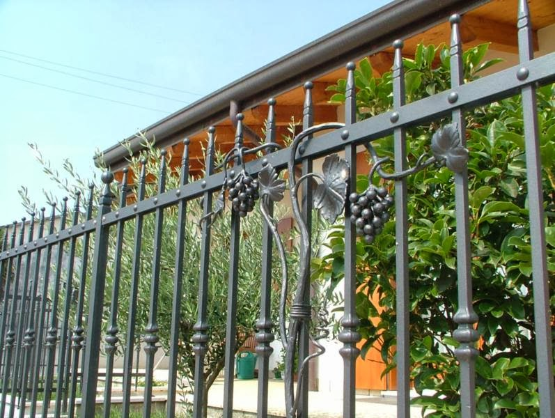 Recinzioni da esterni recinzioni e ringhiere da esterno - Ringhiere in ferro battuto per balconi esterni ...