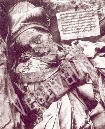 Ajuar funerario del Arzobispo Jimenez de Rada muerto en 1245 y cuyo cadaver, momificado, se conservó en el Monasterio de Santa María de Huerta en Soria.