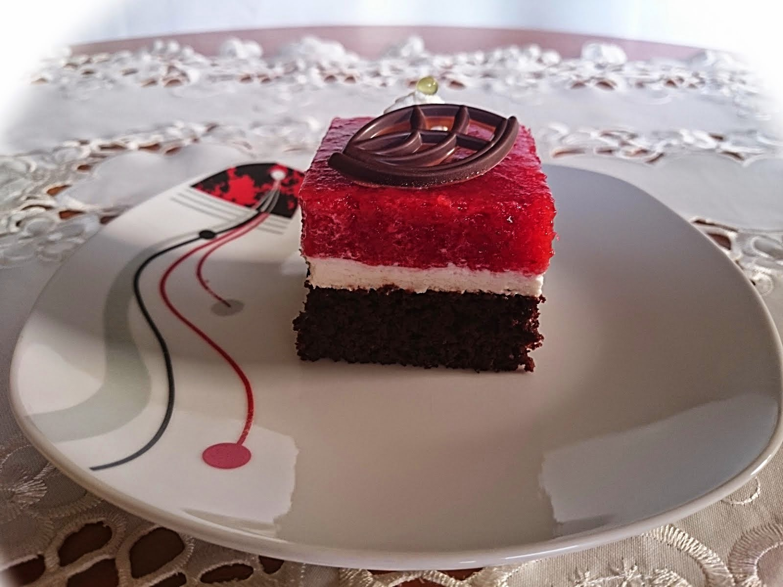 Ciasto mocno czekoladowe z musem truskawkowym