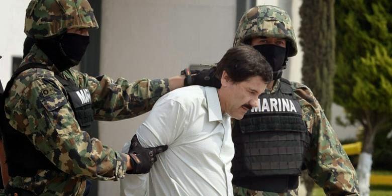 Dua prajurit marinir Meksiko, menggiring gembong kartel obat bius Sinaloa, Joaquin