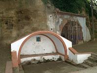 L'arcada de la Font del Prat i el lloc on s'omplien les garrafes d'aigua medicinal