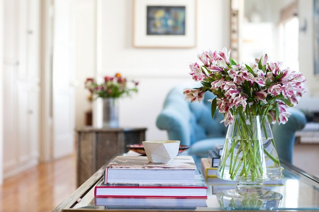 home-tour-a-young-designers-cheerful-eclectic-la-home-1519476.640x0c.jpg