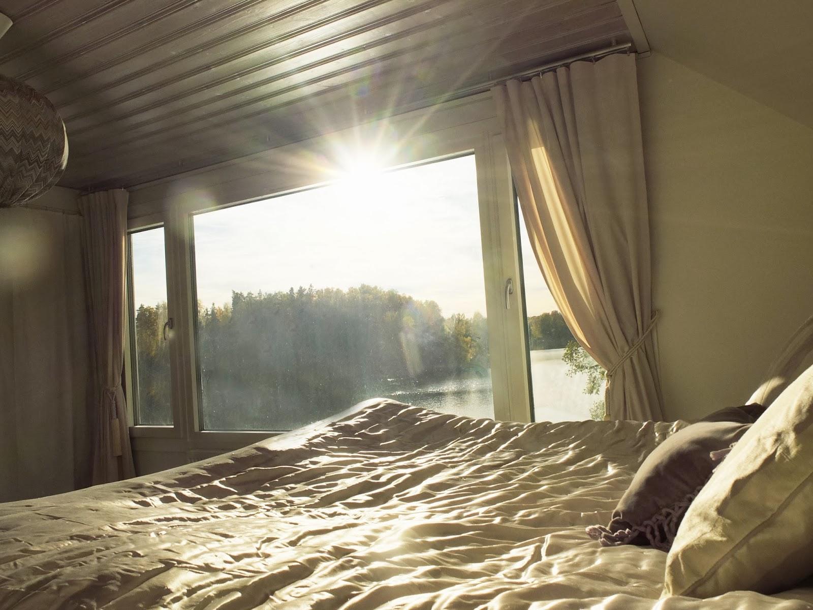 A house by a lake: sovrummet i olika ljus
