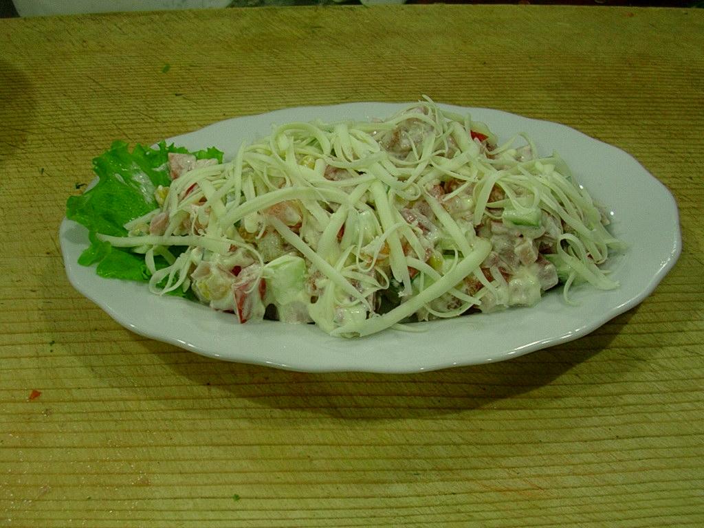 Салат красавица с колбасой
