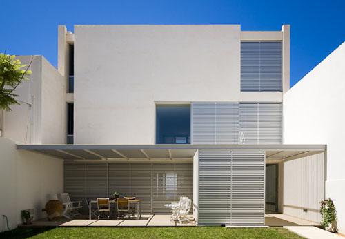 Fachadas de casas dos pisos modernas fachadas de casas for Fachadas oficinas minimalistas