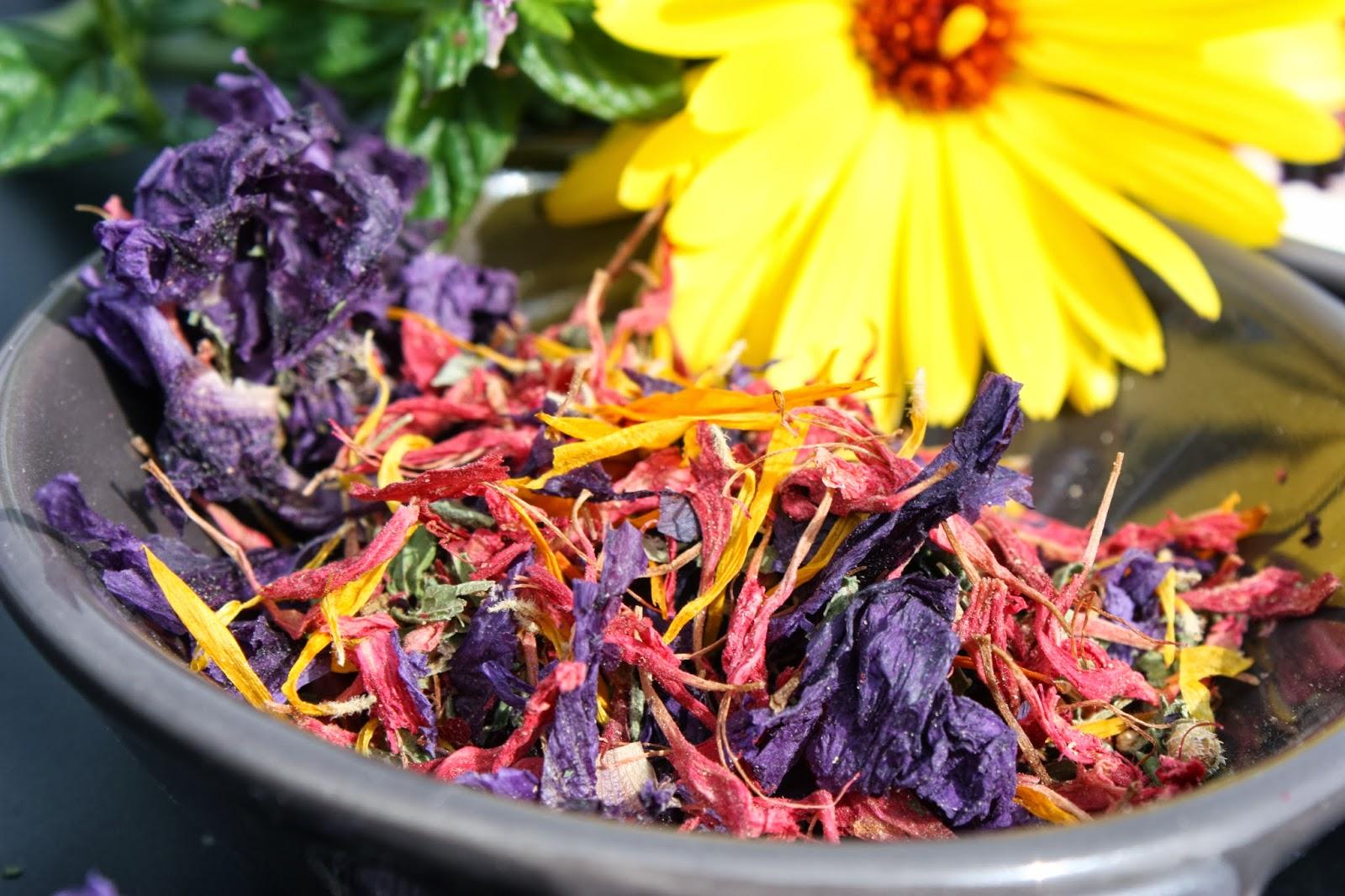http://cocottechlorophylle.blogspot.fr/2013/10/mon-melange-de-fleurs-pour-desserts.html