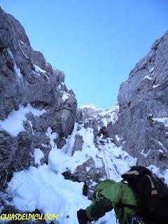 Escalada en hielo y corredores invernales con guias de montaña en Picos de Europa y cordillera cantabrica , Guias del Picu.com