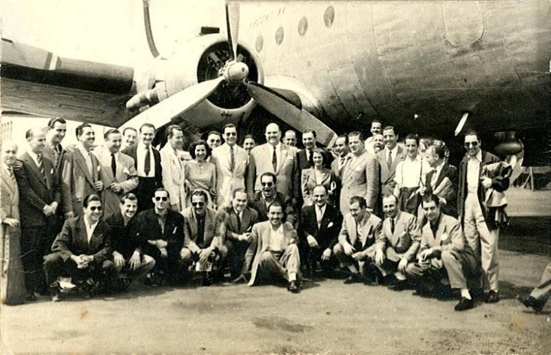 Héctor y su jazz en una gira, posando delante del avión
