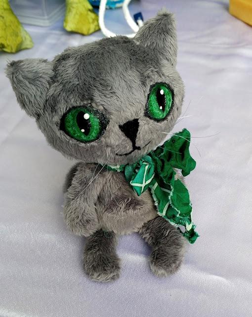серый кот с зелеными глазами