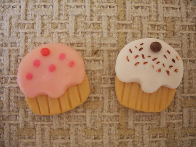 Cupcake em biscuit, ímã de geladeira