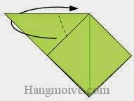 Bước 5: Gấp chéo lớp giấy dưới cùng về phía sau để tạo đuôi nòng nọc