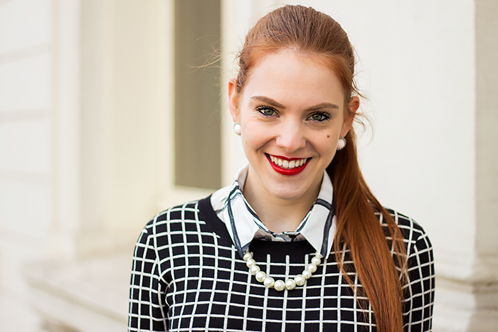 Fashion blogger outfit in preppy stijl met een print mix van ruitjes en stippen