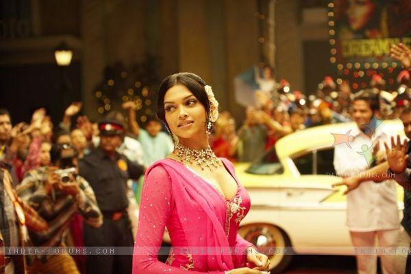 Deepika Padukone In Om Shanti Om Dress, Images