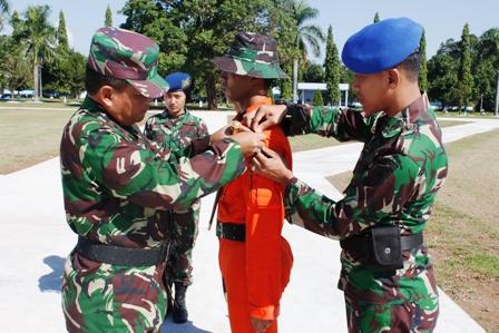 Pangkoopsau II Marsda TNI Agus Supriatna menyematkan tanda latihan kepada salah satu peserta latihan. (pen koopsau II)