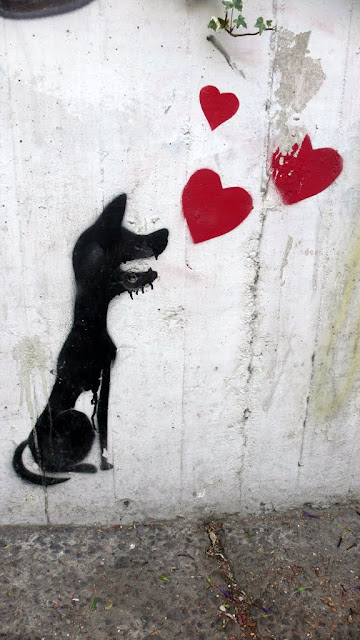 street art in santiago de chile stencil arte callejero dog and hearts