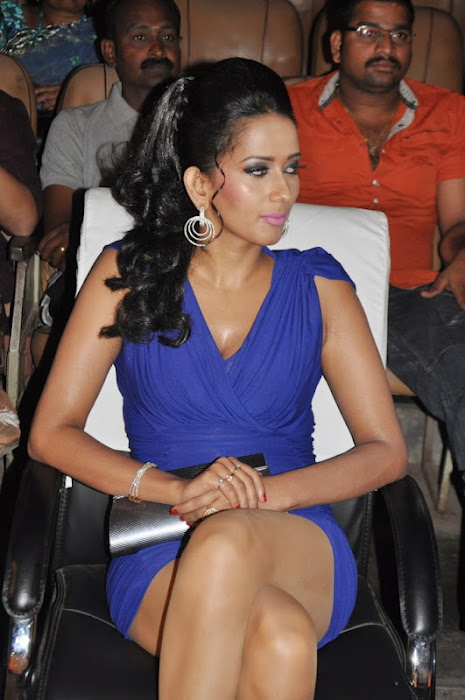 sanjana singh gets spicy legs at screen moon award 2012