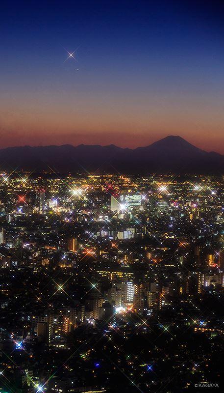 Hành tinh Kim (nằm ở trên) và hành tinh Thủy cùng tỏa sáng trên bầu trời chiều ngày 9 tháng 1 năm 2015 ở thành phố Tokyo, Nhựt Bổn. Tác giả hình ảnh : Họa sĩ Kagaya Yutaka.