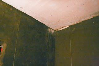 выровненные цементной смесью стены в ванной комнате