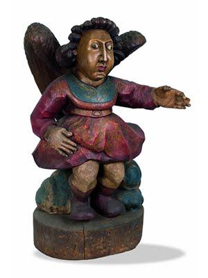 Anjo, escultura em madeira entalhada e pintada, datada de 1976. 75 x 57 x 45 cm