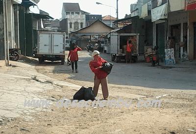 Ibu Penjual Kantong plastik
