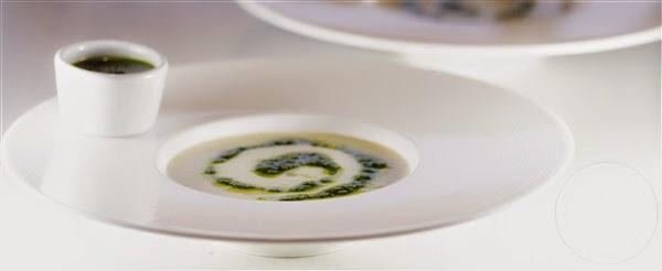 Koud soepje met geitenkaas en rucola olie