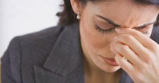الفحوصات المنزلية الضرورية للكشف عن الإصابة بسرطان الثدى - امرأة حزينة مجهدة متعبة مريضة يائسة