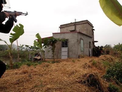 Sáng 5-1-2012, lực lượng cưỡng chế áp sát ngôi nhà của ông Đoàn Văn Vươn