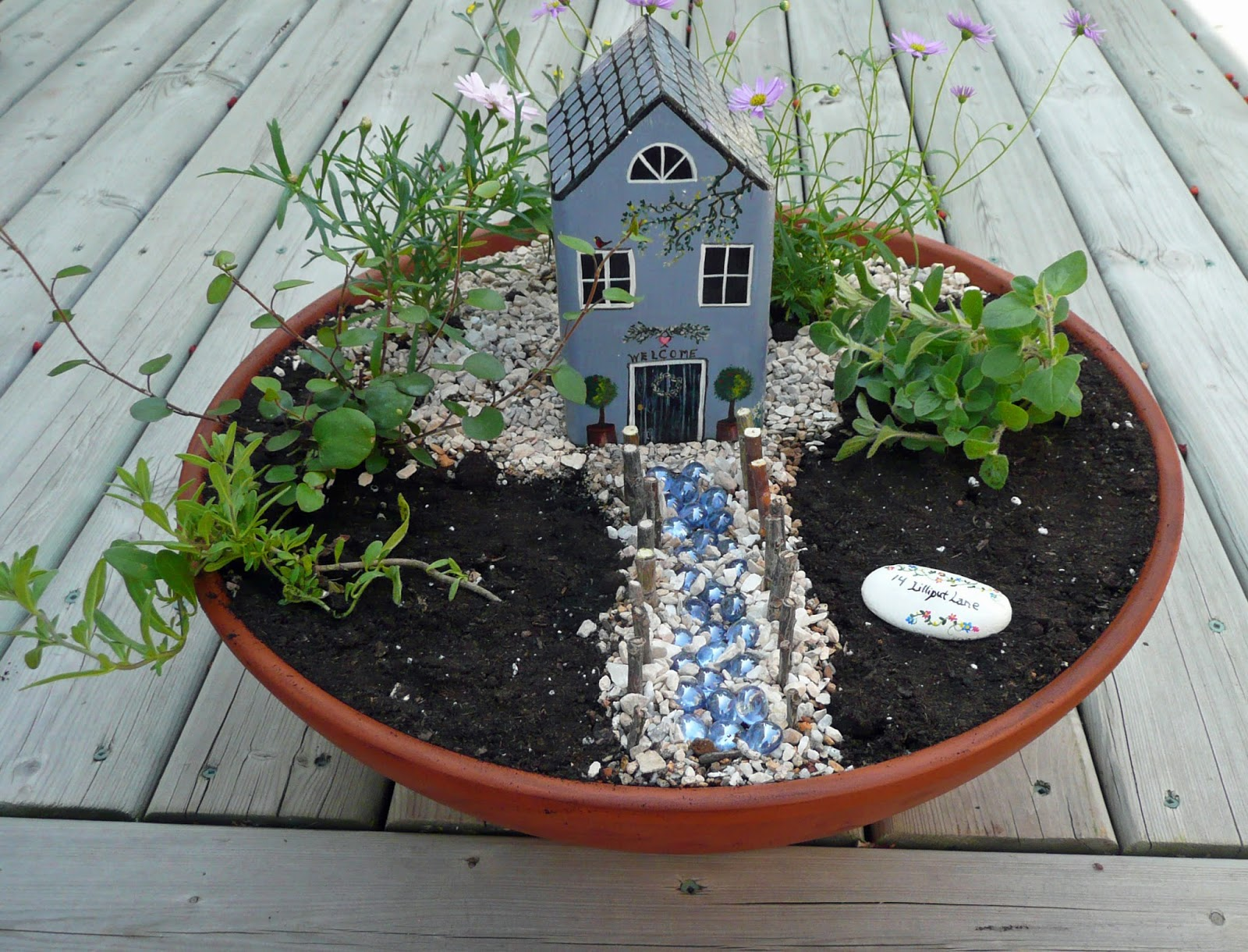 That artist woman mini gardens with students for Jardines en miniatura