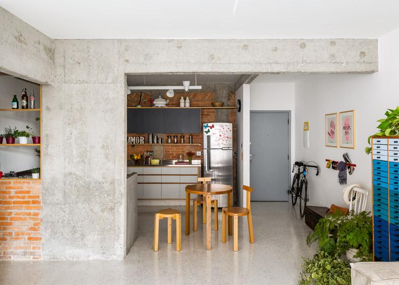 Appartamento a san paolo con pilastri e muri a vista by - Come rivestire la cucina ...