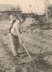 """因""""反动日记""""三年劳教到期解除后,约1973年,变相劳改的农村十年;在北大荒。背着儿子锄园田地。"""