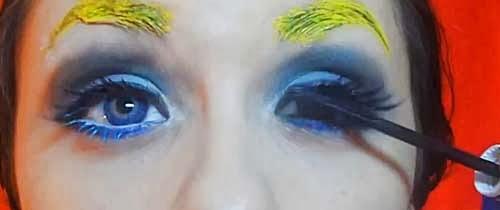 montse maquillandose los ojos en el video de alicia